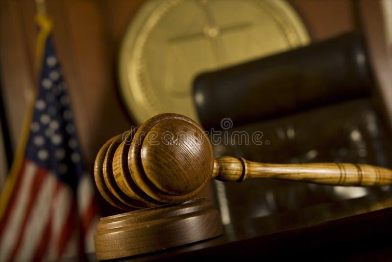 Pièce de Gavel devant le tribunal photo stock