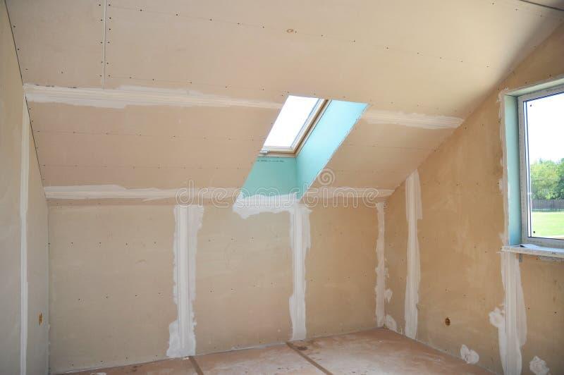 Pièce de grenier en construction avec des plaques de plâtre de gypse images stock