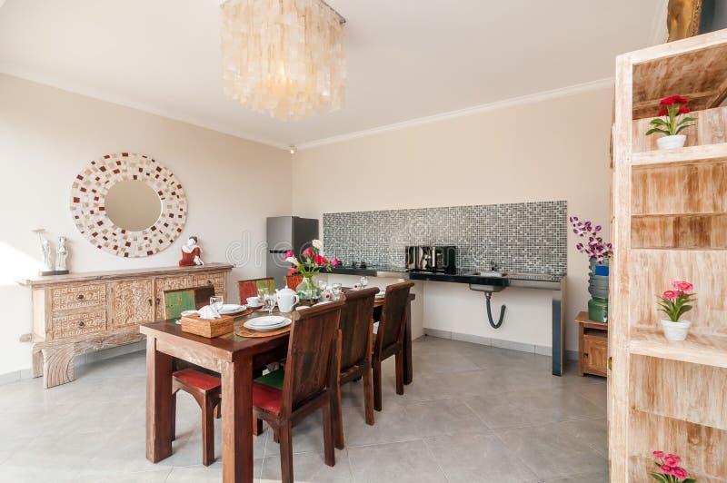 Pièce de luxe de cuisine avec la table de salle à manger photo libre de droits