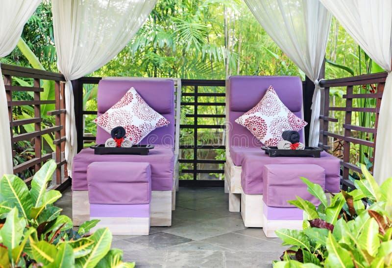 Pièce de massage de station thermale dans le jardin photos libres de droits