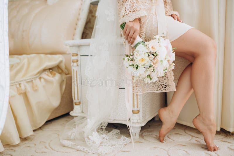 Pièce de matin de fleurs de peignoir de fille de jeune mariée photos stock