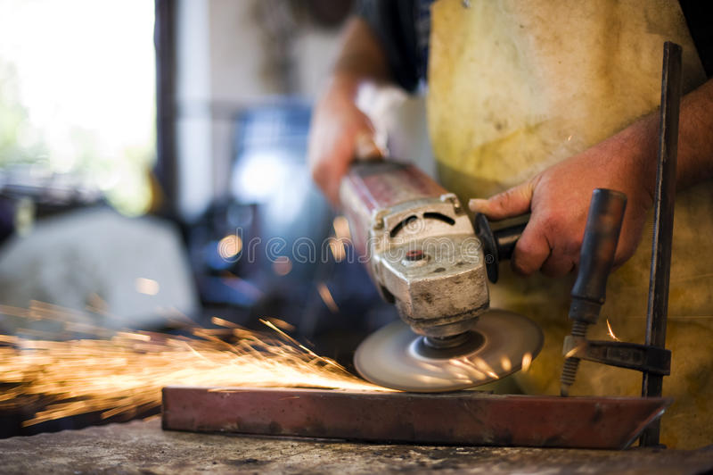 Pièce de meulage en métal, étincelles photo stock