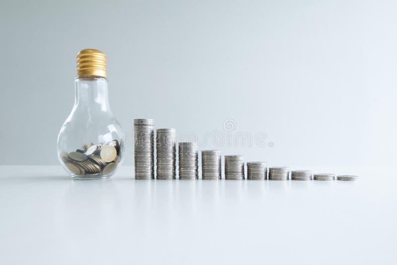 Pièce de monnaie à la banque de bouteille en verre avec la barre analogique de pièces de monnaie photo stock