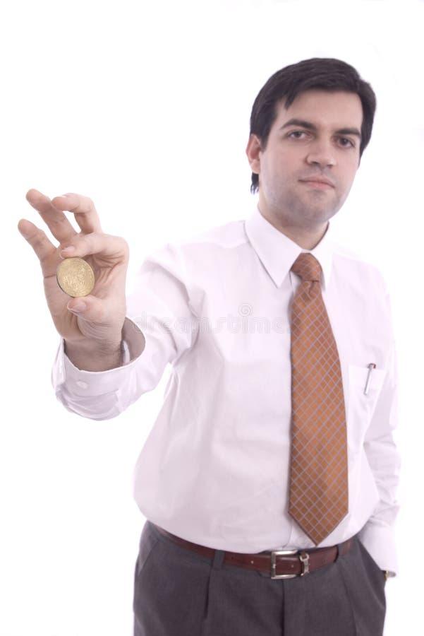 Pièce de monnaie affichée par un homme d'affaires photos stock