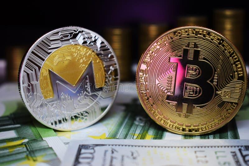 Pièce de monnaie de Bitcoin BTC et de Monero XRM sur des billets de banque, dans la perspective des escaliers croissants d'argent images stock