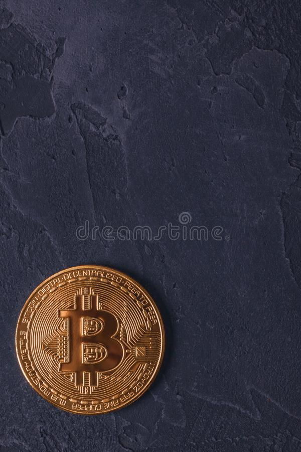 Pièce de monnaie de Bitcoin BTC sur un fond foncé avec l'espace de copie image libre de droits