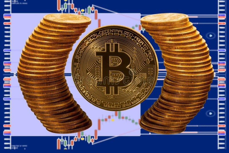 Pièce de monnaie de Bitcoin entourée par le cercle reflété des pièces d'or pures images stock