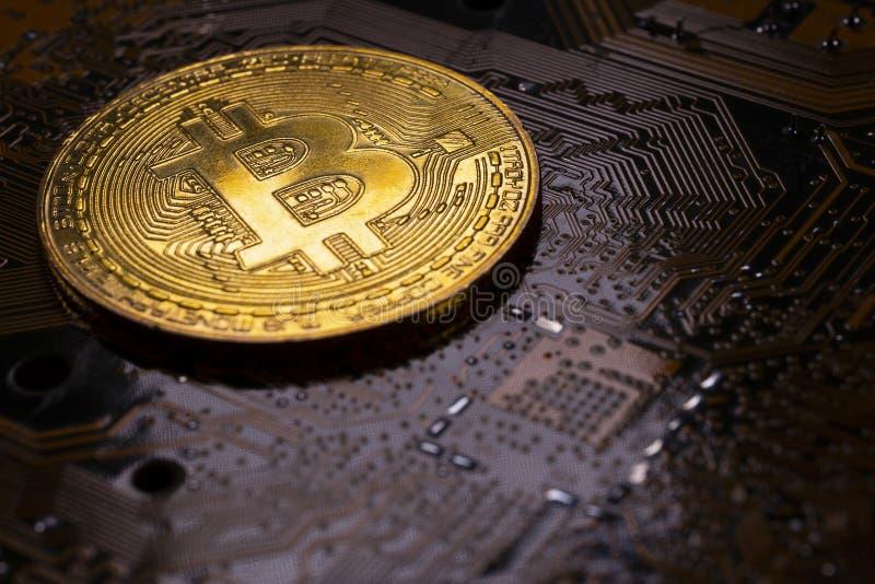 Pièce de monnaie de Bitcoin et carte PCB de carte électronique photographie stock
