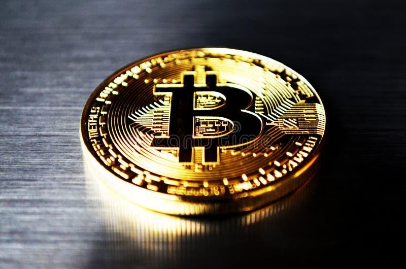 Pièce de monnaie de Bitcoin sur le fond d'acier inoxydable photo stock