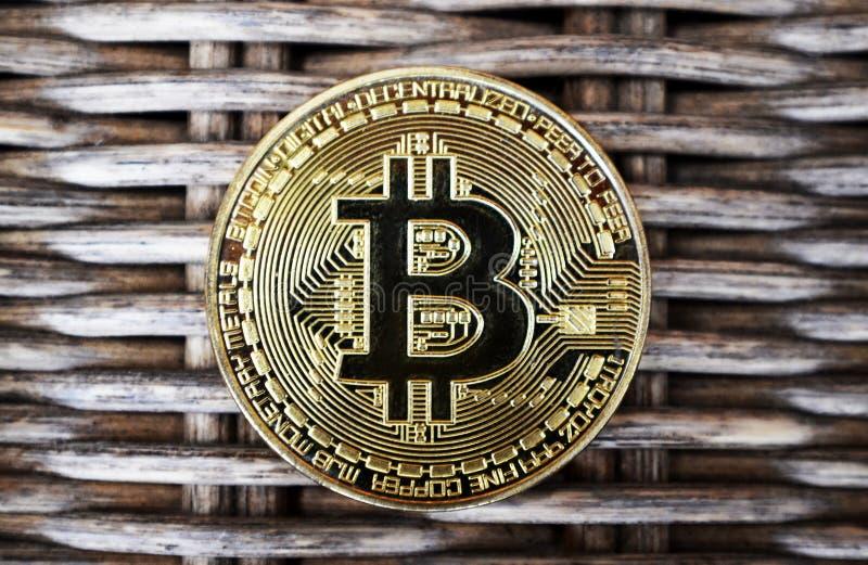 Pièce de monnaie de Bitcoin sur le fond en osier photo libre de droits