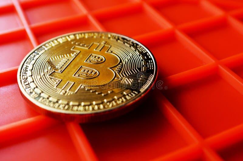 Pièce de monnaie de Bitcoin sur le fond orange photo stock