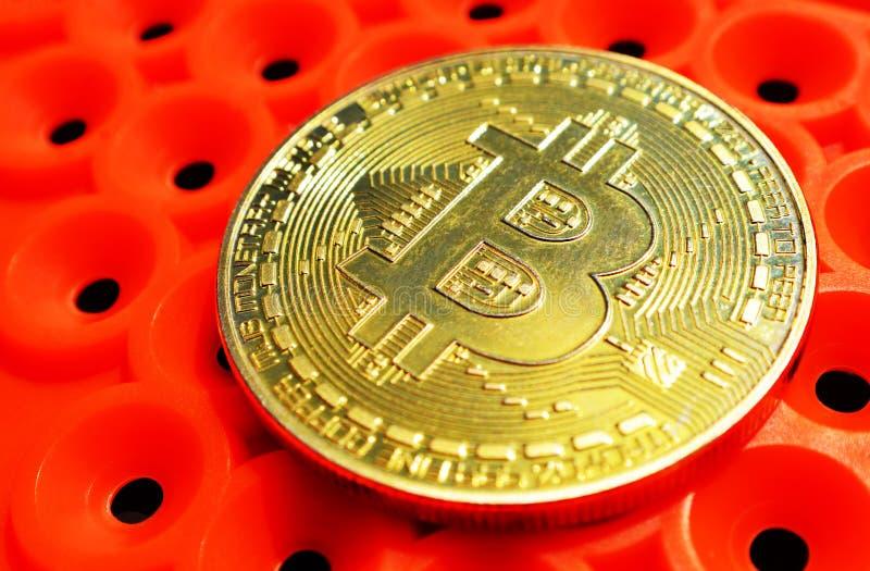 Pièce de monnaie de Bitcoin sur le fond orange image stock