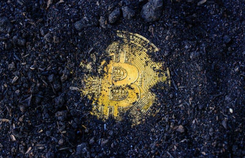 Pièce de monnaie de Bitcoin sur le sol image libre de droits
