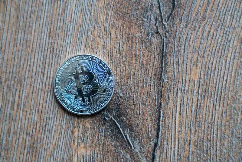 Pièce de monnaie de Bitcoin sur un plancher en bois photo libre de droits