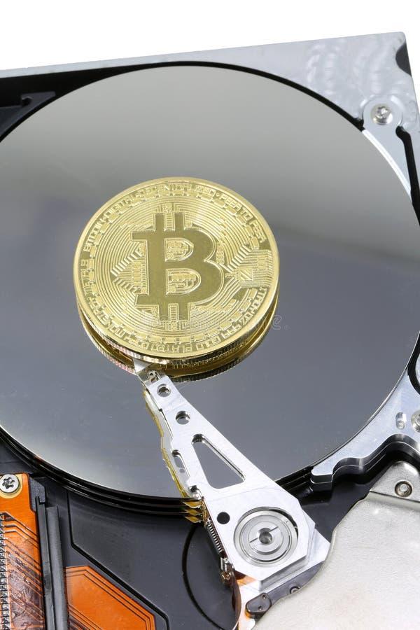 Pièce de monnaie de BITCOIN sur une unité de disque dur d'ordinateur moderne images libres de droits