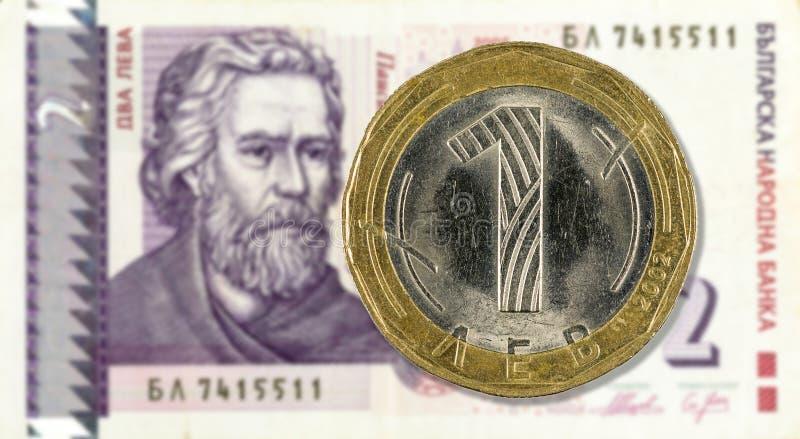 1 pièce de monnaie bulgare de lev contre la face de note de lev de 2 Bulgares images stock