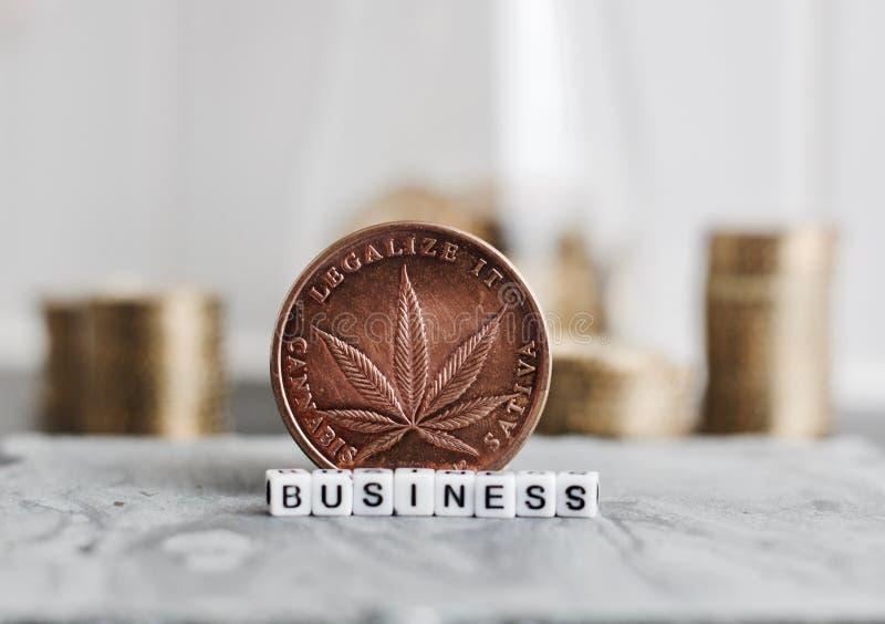 Pièce de monnaie d'affaires de marijuana photographie stock libre de droits