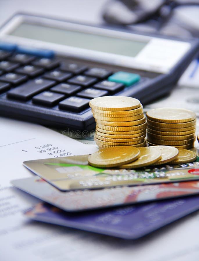 Pièce de monnaie d'argent de compte d'homme d'affaires avec le calculateur de gestion photo stock