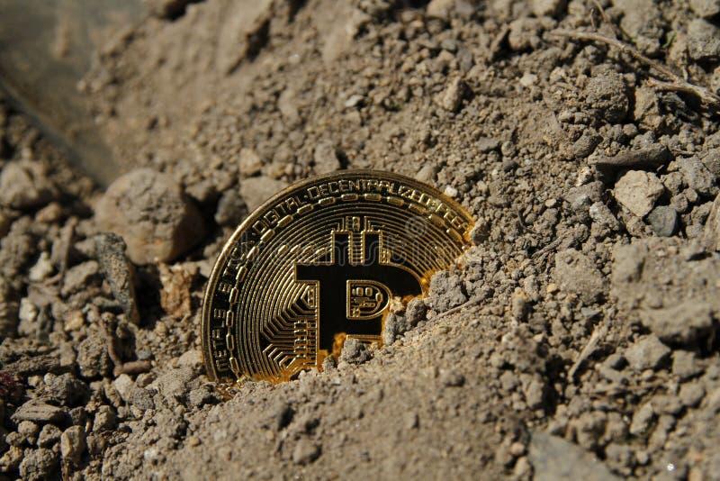 Pièce de monnaie d'or de bitcoin couverte en argile images libres de droits