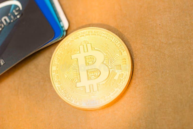 Pièce de monnaie d'or de Bitcoin et cartes de crédit de VISA images libres de droits