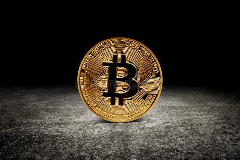 Pièce de monnaie d'or de bitcoin sur l'asphalte photographie stock