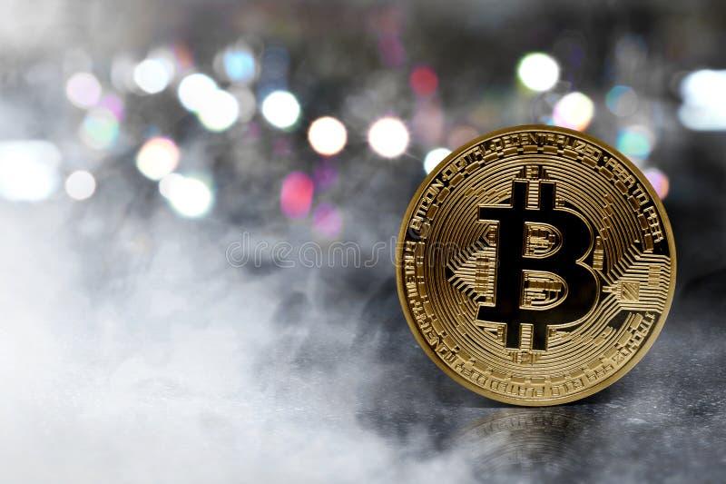 Pièce de monnaie d'or de bitcoin sur l'asphalte photo stock