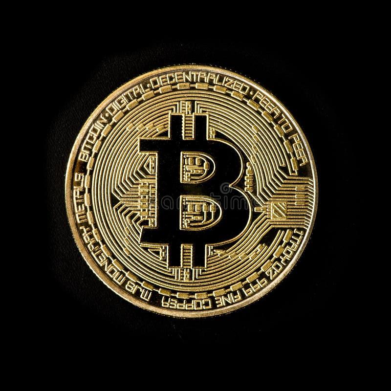 Pièce de monnaie d'or de Bitcoin sur un fond noir photos libres de droits