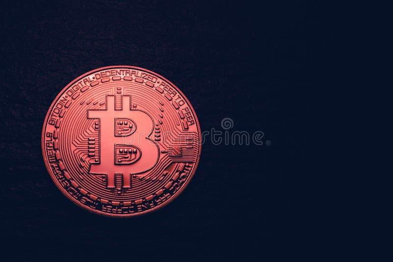 Pièce de monnaie d'or de crypto devise avec le symbole de bitcoin sur d'isolement sur le fond noir Pièce de monnaie de Bitcoin su photos libres de droits