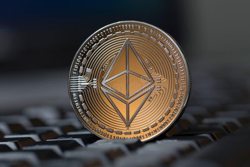 Pièce de monnaie d'Ethereum sur un clavier image stock