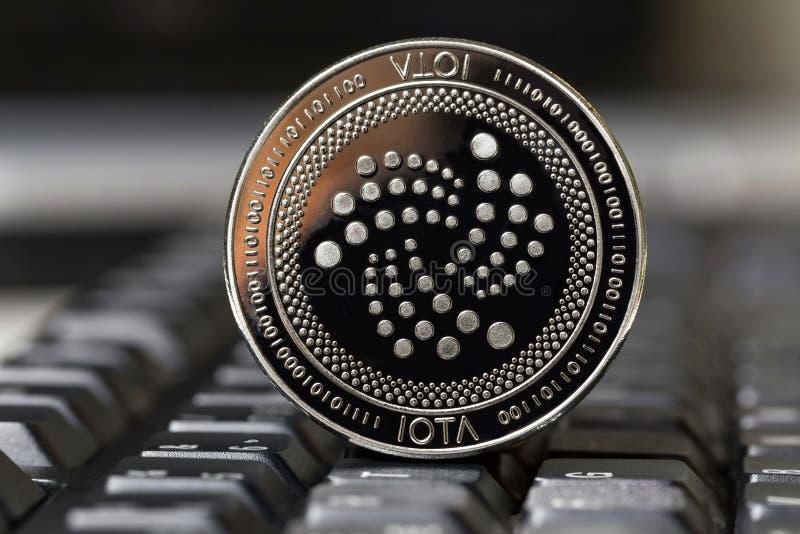 Pièce de monnaie d'iota sur un clavier images stock
