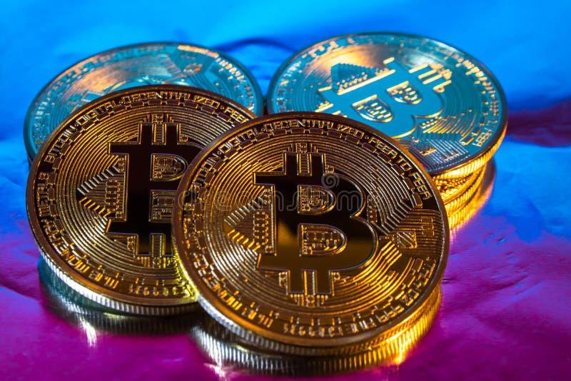 Pièce de monnaie d'or physique de bitcoin de Cryptocurrency sur le backgrou coloré image libre de droits
