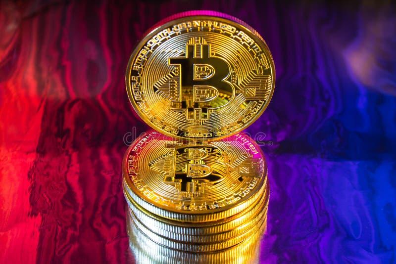Pièce de monnaie d'or physique de bitcoin de Cryptocurrency sur le backgrou coloré image stock