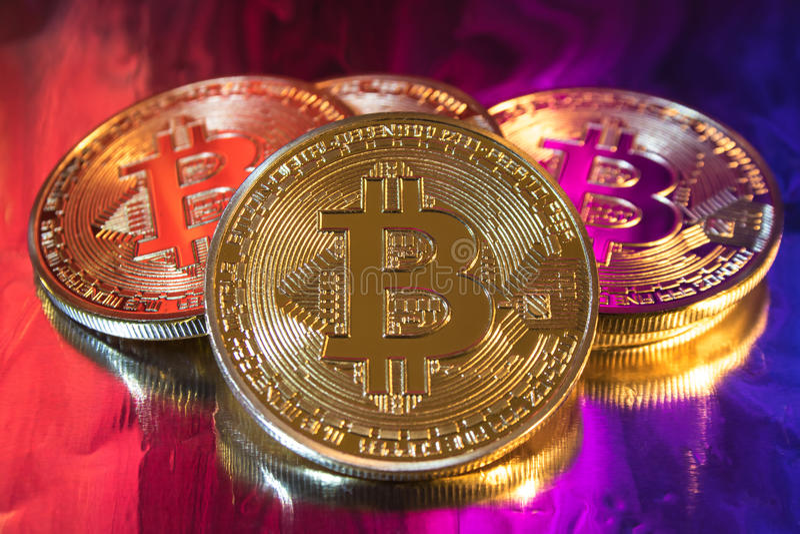 Pièce de monnaie d'or physique de bitcoin de Cryptocurrency sur le fond coloré images libres de droits