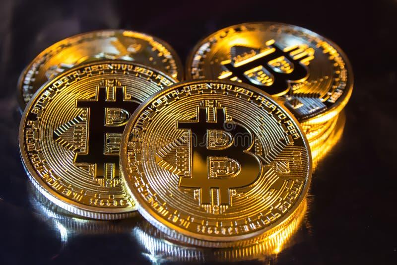 Pièce de monnaie d'or physique de bitcoin de Cryptocurrency sur le fond coloré image libre de droits