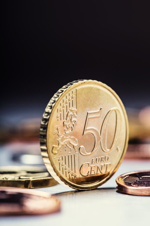 Pièce de monnaie de cinquante cents sur le bord encaissez l'euro corde de note d'argent de l'orientation cent des euro cinq Euro  images stock