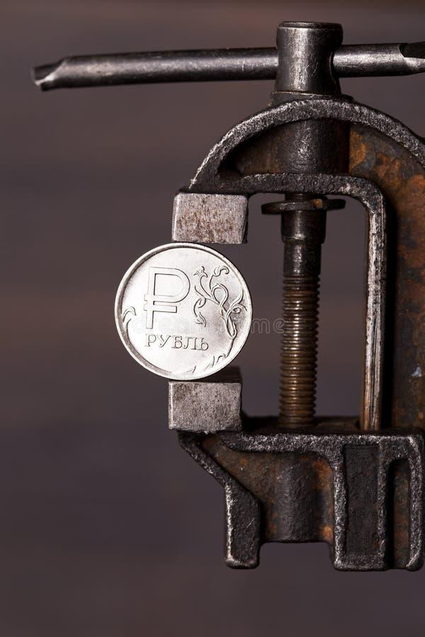 Pièce de monnaie de rouble russe dans le vieil étau photographie stock