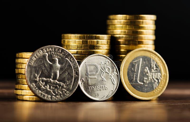 Pièce de monnaie de rouble russe entre le dollar et l'euro photo libre de droits