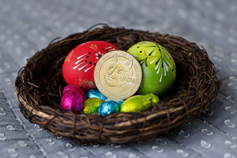 Pièce de monnaie de dogecoin de Pâques images stock