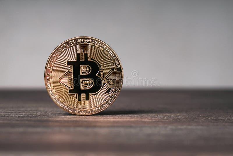 Pièce de monnaie en cuivre physique de cryptocurrency de Bitcoin sur le bureau en bois images libres de droits