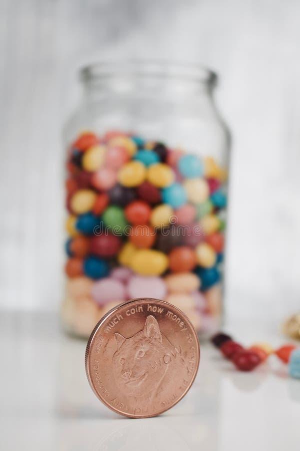 Pièce de monnaie en laiton de dogecoin images stock