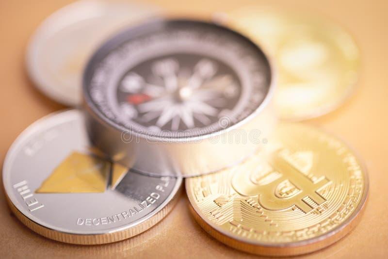 Pi?ce de monnaie et boussole de Bitcoin image stock