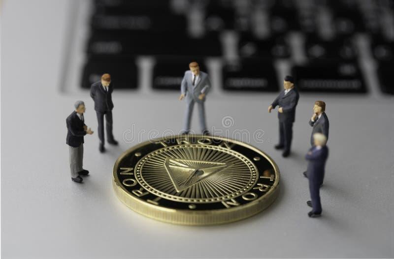 Pièce de monnaie et businessmans de TRON TRX sur le carnet images stock