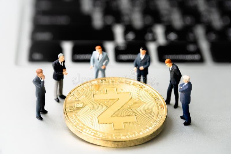 Pièce de monnaie et businessmans de Zcash ZEC sur le carnet image stock