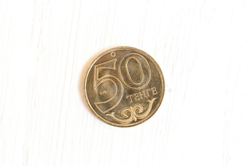 Pièce de monnaie de Kazakhstan sur le fond en bois blanc Actualité de ` de tenge de ` de Kazakhstan photos libres de droits