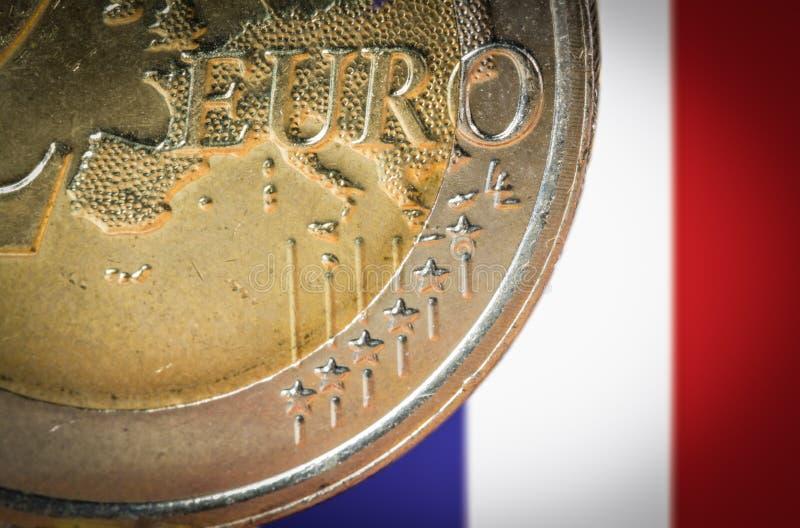 Pièce de monnaie de l'euro 2 avec un drapeau brouillé de la France sur le fond photo libre de droits
