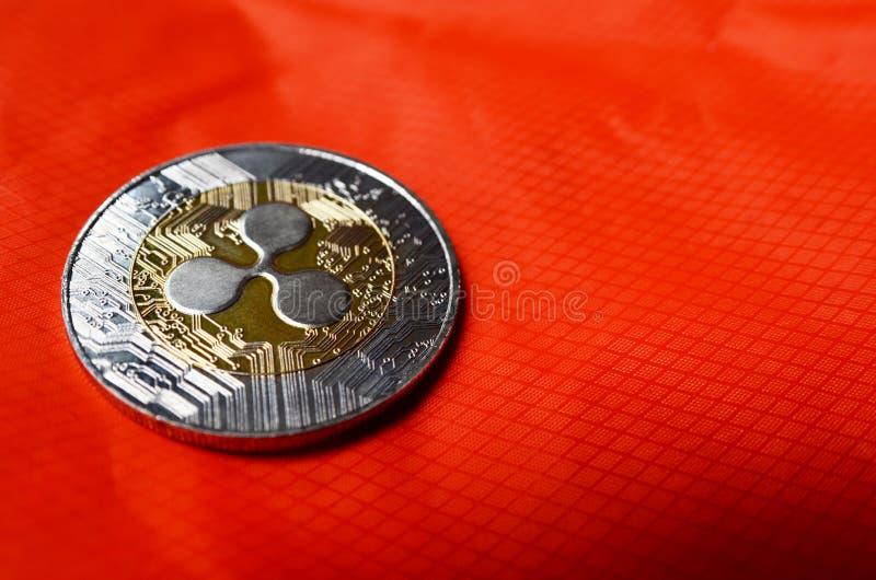 Pièce de monnaie de l'ondulation XRP sur le fond orange photographie stock libre de droits