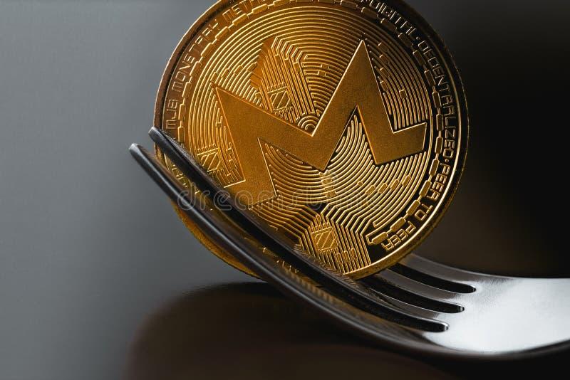 Pièce de monnaie de Monero sous la fourchette photos libres de droits
