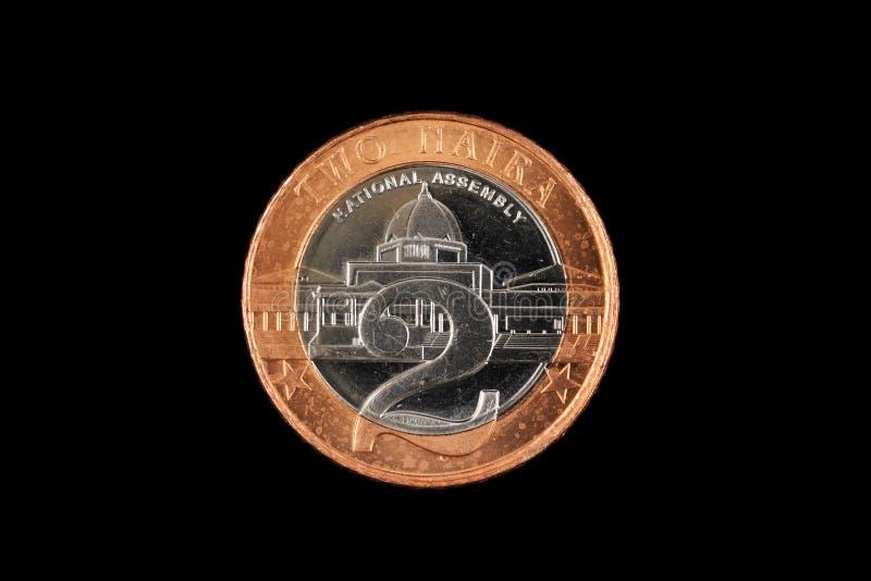 Pièce de monnaie de Naira du Nigerian deux d'isolement sur un fond noir photos libres de droits
