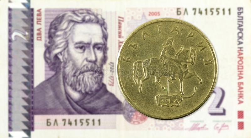 pièce de monnaie de stotinka de 20 Bulgares contre la note de lev de 2 Bulgares photos stock