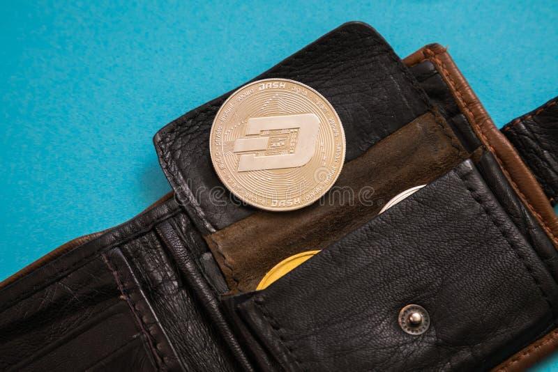 Pi?ce de monnaie de tiret collant hors du fond bleu en cuir du portefeuille o Devise de Digital, march? de cha?ne de bloc photo stock